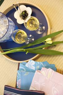 和室に置かれているワインなどの写真素材 [FYI02929937]