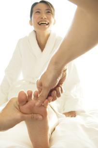 足裏をマッサージしてもらう女性の写真素材 [FYI02929962]
