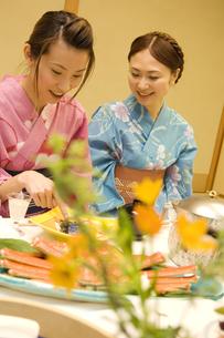 話をする浴衣の女性2人の写真素材 [FYI02929991]
