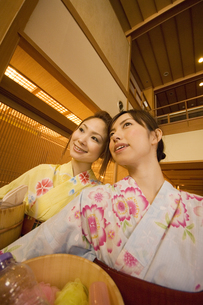 お風呂セットを持っている浴衣の女性2人の写真素材 [FYI02930057]