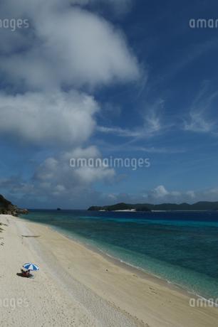 南国沖縄のエメラルドグリーンの海と白い砂浜の写真素材 [FYI02930140]