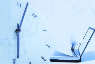 パソコンとノートと時計と世界地図の写真素材 [FYI02930201]