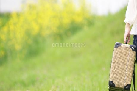トランクを持っている女性の手元の写真素材 [FYI02930262]