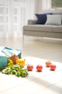 エコバックから散らばる野菜などとソファの写真素材 [FYI02930304]