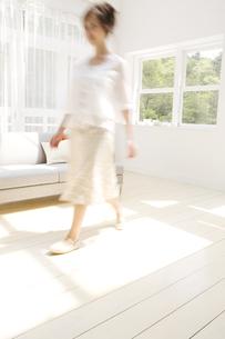 リビングを歩いている女性の写真素材 [FYI02930319]