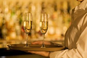 シャンパンを運ぶウエイトレスの写真素材 [FYI02930411]