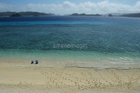 南国沖縄のエメラルドグリーンの海と白い砂浜の写真素材 [FYI02930436]