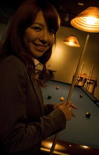 キューを持って微笑むビジネスウーマンの写真素材 [FYI02930448]
