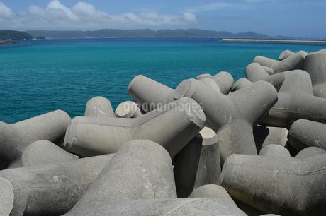 テトラポッドとエメラルドグリーンの海の写真素材 [FYI02930451]