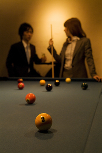 ビリヤード台とビジネスマンとビジネスウーマンの写真素材 [FYI02930462]