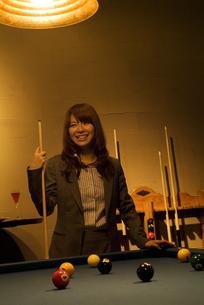 キューを持って微笑むビジネスウーマンの写真素材 [FYI02930464]
