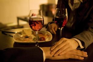 男性の手に手を添える女性の手元の写真素材 [FYI02930469]