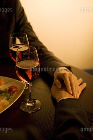 男性の手に手を添える女性の手元の写真素材 [FYI02930471]