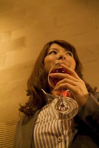 ワイングラスを持っているビジネスウーマンの写真素材 [FYI02930475]