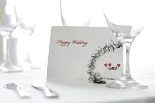 ウェディングカードと食器の写真素材 [FYI02930531]