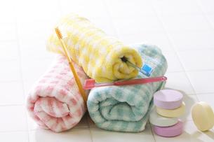 タオルと歯ブラシと入浴剤の写真素材 [FYI02930575]