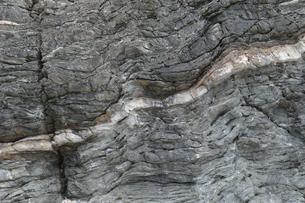 うねっている岩盤の地層の写真素材 [FYI02930626]