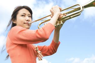 トランペットを吹いている女性の写真素材 [FYI02930638]
