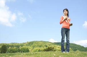トランペットを持っている女性の写真素材 [FYI02930643]