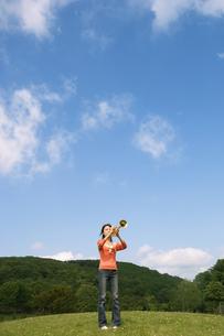 トランペットを吹いている女性の写真素材 [FYI02930645]