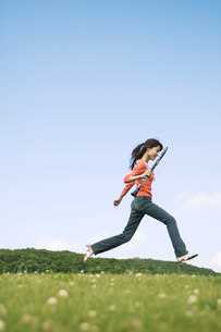 クラリネットを持って走っている女性の写真素材 [FYI02930646]