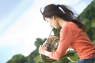 ホルンを吹いている女性の写真素材 [FYI02930649]