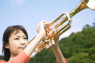トランペットを吹いている女性の写真素材 [FYI02930650]