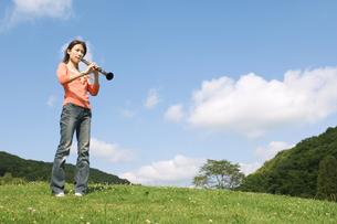 クラリネットを吹いている女性の写真素材 [FYI02930651]