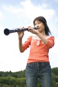 クラリネットを吹いている女性の写真素材 [FYI02930656]
