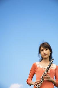 クラリネットを持っている女性の写真素材 [FYI02930657]