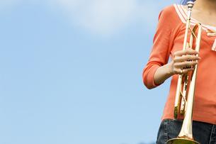 トランペットを持っている女性の写真素材 [FYI02930661]