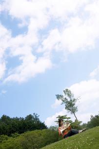ホルンを吹いている女性の写真素材 [FYI02930663]