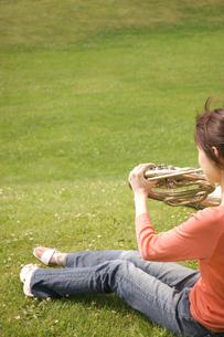 ホルンを吹いている女性の写真素材 [FYI02930665]