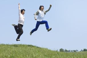 ジャンプをする2人の男性の写真素材 [FYI02930745]