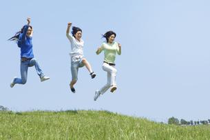 ジャンプをする3人の女性の写真素材 [FYI02930749]