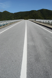 南国沖縄の島に繋がる橋の写真素材 [FYI02930817]