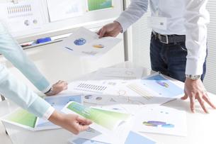 資料を持つビジネスマンとビジネスウーマンの写真素材 [FYI02930821]