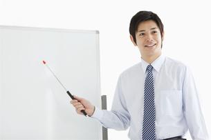 指し棒を持つビジネスマンの写真素材 [FYI02930847]