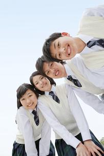 笑顔で寄り添う男女中高生4人の写真素材 [FYI02930888]