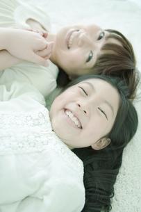 寝転ぶ親子の写真素材 [FYI02930897]