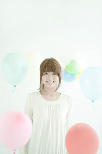 笑顔の女性と風船の写真素材 [FYI02930902]