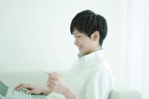 パソコンを操作する男性の写真素材 [FYI02930906]
