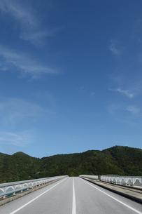 南国沖縄の島に繋がる橋の写真素材 [FYI02930914]