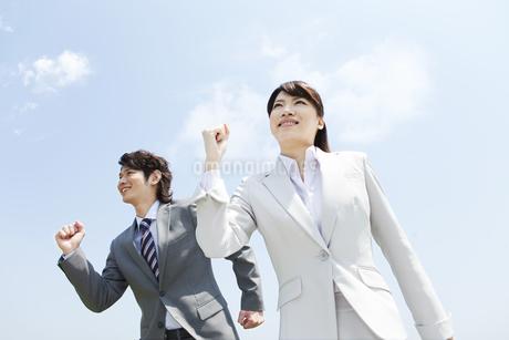 空を見上げるビジネスマンとビジネスウーマンの写真素材 [FYI02930917]