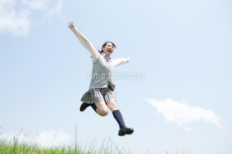 ジャンプする女子高生の写真素材 [FYI02930928]