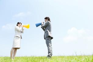 メガホンを持つビジネスマンとビジネスウーマンの写真素材 [FYI02930929]