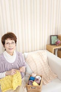 編み物をしている中高年女性の写真素材 [FYI02930934]