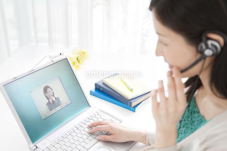 インカムをつけて会話している女性の写真素材 [FYI02930944]