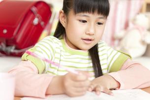 勉強をしている女の子の写真素材 [FYI02930946]
