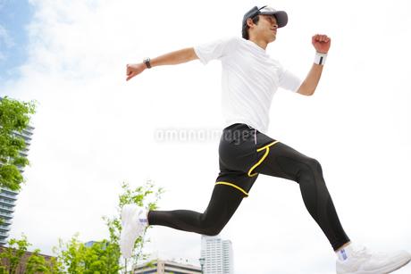 ジョギングをする若い男性の写真素材 [FYI02930961]